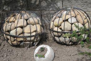 Gartendeko-selber-machen_DIY-Gartenkugeln-mit-steinen