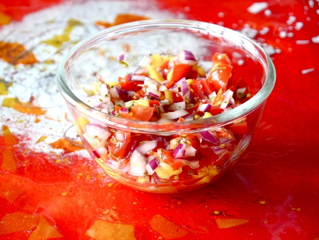 Hjemmelaget salsa med tomat og mango