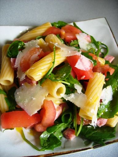 Salade de pâtes, tomate, roquette, jambon, parmesan