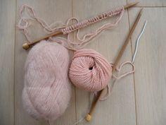 Pour tricoter l'écharpe merveilleuse, vous devrez tricoter avec 3 aiguilles. Cette écharpe très douce et texturée est conseillée à des tricoteuses ayant un peu d'expérience en matière de tricot. Les explications pour réaliser cette écharpe au point d'alvéole, sont gratuites.