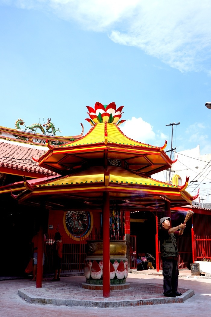 There are five temples in Chinatown worth visiting while you're in the area. Photo by Keshie Hernitaningtyas.