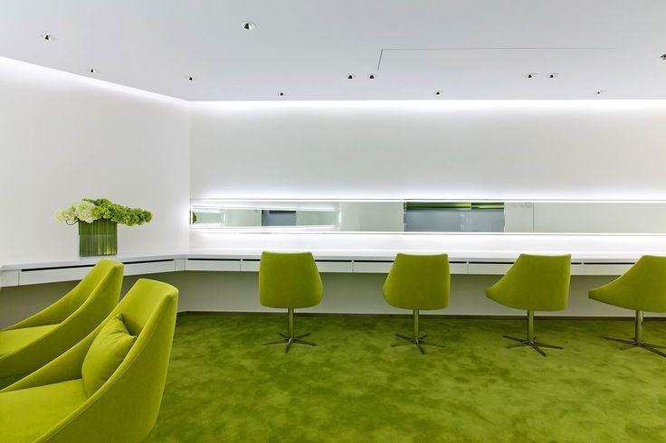Подходящие зеленые стулья и кресла.
