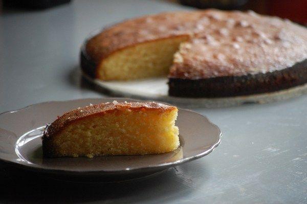 Een heerlijke smeuïge sinaasappeltaart. Je maakt beslag van amandelpoeder en sinaasappelrasp en giet er na het bakken een sinaasappelsiroop over. Smullen!