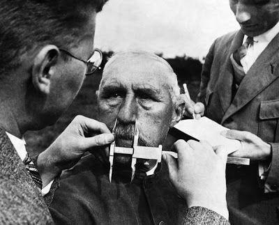 Um homem que tem o nariz medido durante os testes de determinação da raça ariana, 1940