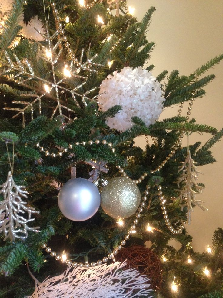 Silver, white, gold....timeless look for a Christmas tree.  Decorating homes and biz for the Holidays in Toronto.  www.deckyourhalls.ca