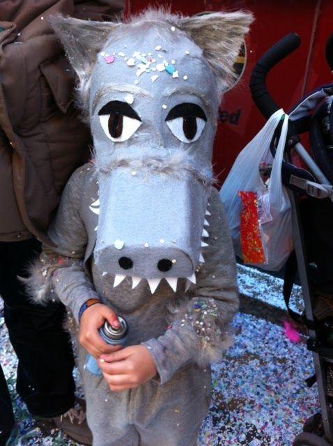 """Aprenderemos cómo hacer un sencillo disfraz de lobo hecho con fieltro y material reciclado. A mi me gustan los lobos grises, por eso este """"..."""