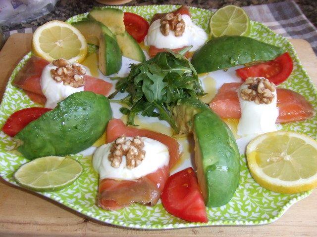 Ensalada de aguacate con salmón y rúcula. Ver receta: http://www.mis-recetas.org/recetas/show/74281-ensalada-de-aguacate-con-salmon-y-rucula