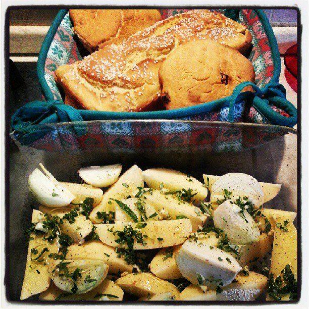 E siccome la temperatura non invoglia... ecco pronta la cena: patate bianche e cipolla con aglio, rosmarino e maggiorana freschi... col pane fatto in casa... mmmmmh