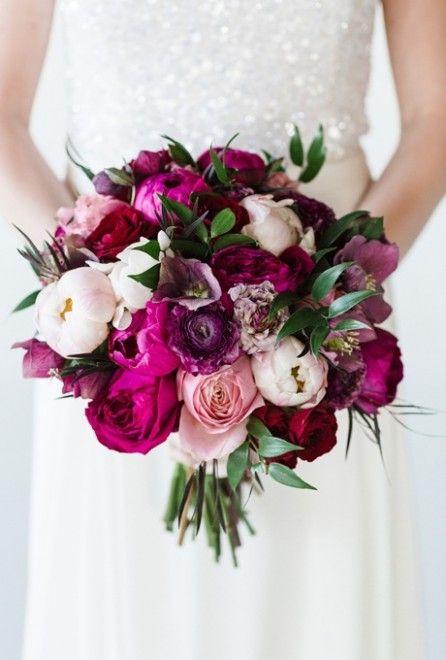 Bouquet com rosas e peônias misturadas.