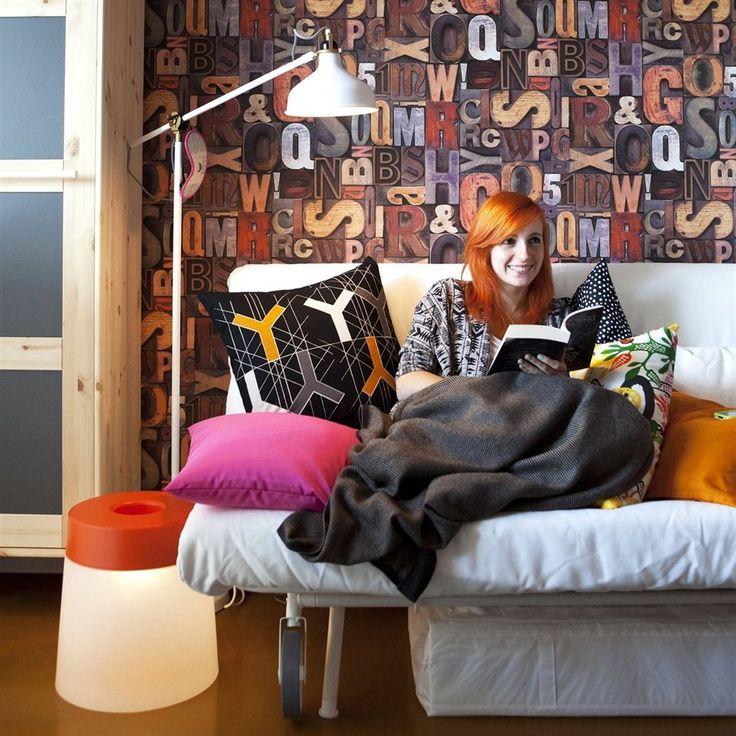 Kleiner Raum für junge Leute: Wenn du als junger Mensch bei deinen Eltern wohnst, möchtest du glücklich und unabhängig sein. Studentin Agnes, 24, gehört zu den immer mehr jungen Leuten, die entweder zu ihren Eltern zurückgezogen sind oder nie weg waren. Hier spielt sich ihr ganzes Leben ab. live Stylistin Åsa Dyberg hat ihr geholfen, mit ein paar einfachen Mitteln ein Zimmer zu gestalten, das sich wie eine kleine Wohnung anfühlt.