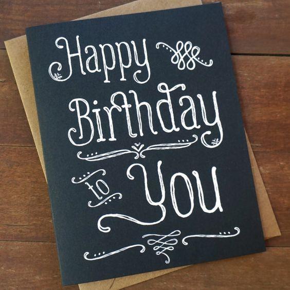 Tableau noir lettrage de la main de cartes de joyeux anniversaire
