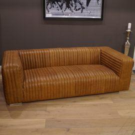 Dieses Sofa mit seinem zeitlosen, klassischen Design fügt sich in fast jedes Wohnambiente ein. Die aufwändig genähte Polsterung macht dieses gemütliche Sofa zu einem herausragenden Eyecatcher in Ihrer Wohnung oder Büro. Die Kombination von Rindsleder und Chrom ist absolut gelungen. Eine hochwertige und stabile Verarbeitung ist garantiert. Perfekt in Szene gesetzt ist dieses Sofa zusammen mit dem passenden Sessel und einem unserer Schwemmholz-Tische!