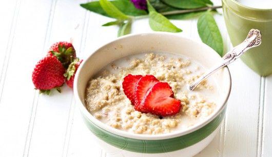 : Porridge, also Haferflockenbrei, liefert reichlich langkettige Kohlenhydrate – eine ideale Starthilfe für das Krafttraining