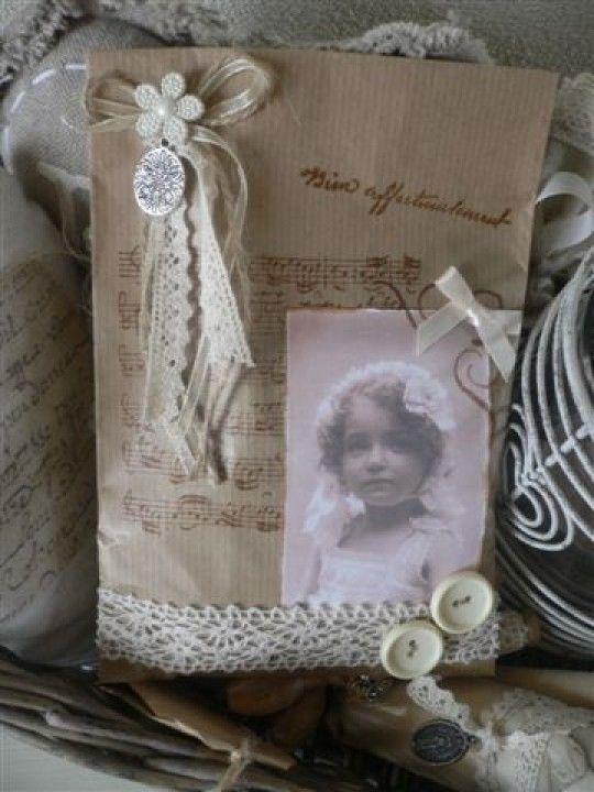 Lavendelzakjes met een foto e.a brocante tierelantijntjes. Door 333wheels