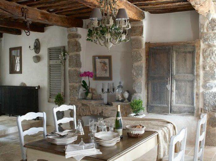 jolie cuisine avec meubles en bois et lustre beige, mur en fausse pierre