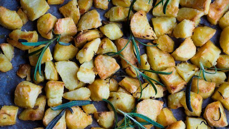 Ovnsstekte poteter dere, det er så godt det. Det funker til de aller fleste matretter, eller bare rett og slett alene, hehe. Det er mange forskjellige oppskrifter på ovnsstekte poteter og hvordan få dem sprø. Jeg har funnet min favoritt så langt og den skal dere få. Jeg brukte mandelpoteter, så gjør enten det eller …