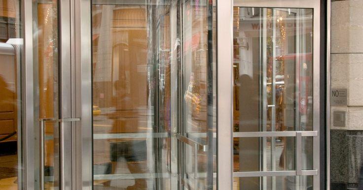 Como cortar vidro temperado com segurança para uma porta de tempestade. A maioria das portas de tempestade tem dois grandes pedaços de vidro temperado. Este vidro é difícil de se quebrar, mas acontece. Quando quebrá-lo, substitua-o, porque uma porta de tempestade ajuda a proteger o interior da porta do clima prejudicial. Você poderá ter um pedaço de vidro cortado profissionalmente por um vidraceiro por um preço caro, ...