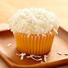 Receta de Cupcakes de coco. Descubre la receta para hacer cupcakes de coco. Preparación de cupcakes de coco decorados con frosting de coco rallado.