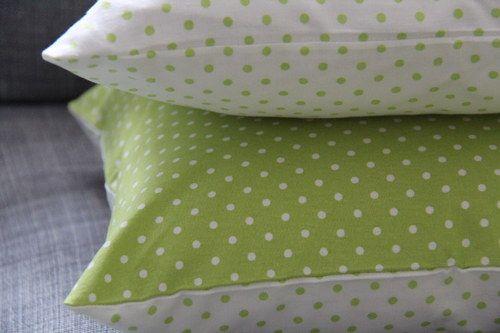 Limetkový puntík.  Originální dekorativní bavlněné povlaky na polštáře, šité z kvalitní designované 100% bavlny vyšší gramáže, k zútulnění vašeho domova.