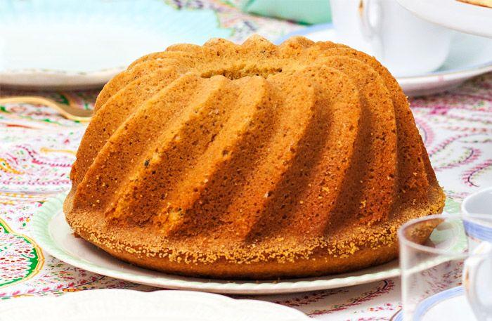 En lättbakad, saftig sockerkaka med kardemumma. Kakan blir extra luftig när man siktar ner mjölet.