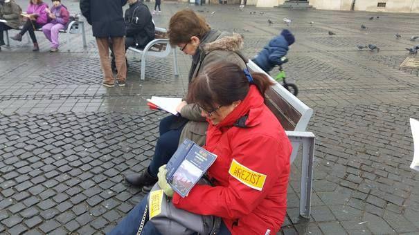 GALERIE FOTO Aproximativ 50 de persoane la două proteste în centrul Sibiului - Mediafax