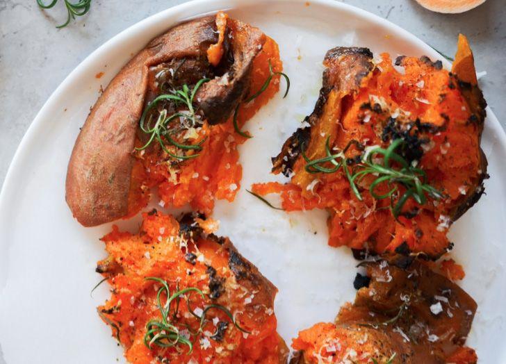 Ingredienser:  2 st sötpotatisar  70 g parmesanost  2 st vitlöksklyftor  2 msk olivolja  En kruka färsk rosmarin  Salt  Peppar   Gör så h...