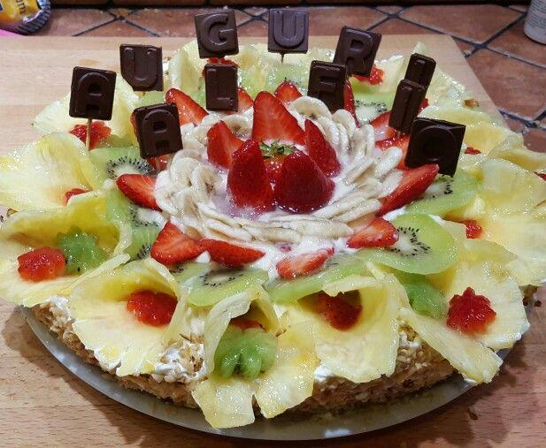 Torta alla frutta con lettere di cioccolato fuso