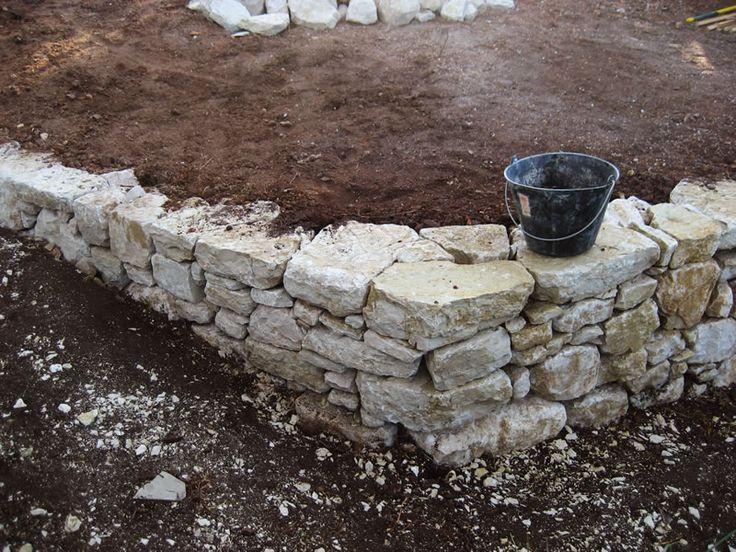 Pierre s che angle 120 et rattrappage de pente bricolage bordure de jardin en pierre for Pierres pour muret de jardin