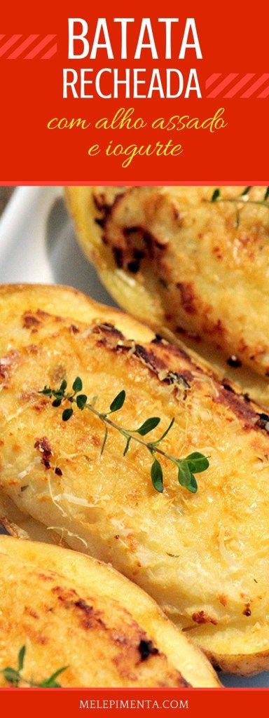 Batata recheada com alho assado e iogurte - Uma receita fácil, leve e simplesmente deliciosa. Essa batata tem um recheio feito com um purê de batata, pasta de alho assado, iogurte, queijo parmesão e tomilho. Depois é só colocar no forno para gratinar.