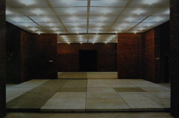 wanda czełkowska, bezwzględne wyeliminowanie rzeźby jako pojęcie kształtu, 1972, 66 płyt betonowych, 66 punktów oświetlenia elektrycznego