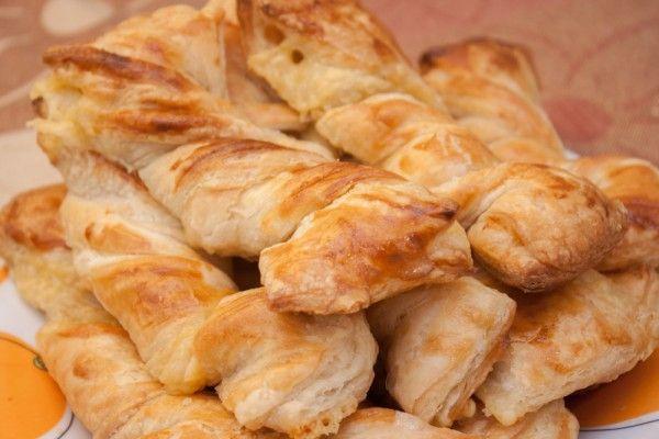 Слоёные косички с курицей и сыром /    готовое слоеное тесто (пресное)     сыр     копченая куриная грудка или окорочок     желток