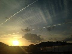大分県三重市に弾丸でやってきました 夕方に到着して空を見上げたら飛行機雲が沢山あって Vになってる飛行機雲を激写しました tags[大分県]