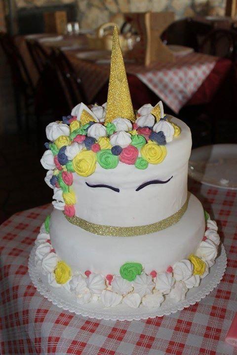 Torta unicorno - pane di Spagna con bagna di sciroppo di zucchero e crema chantilly all'italiana con gocce di cioccolato