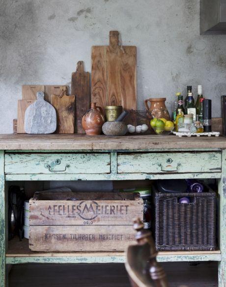 """Indret med fransk vintagestil: pejs i køkkenet. """"det var ikke ..."""