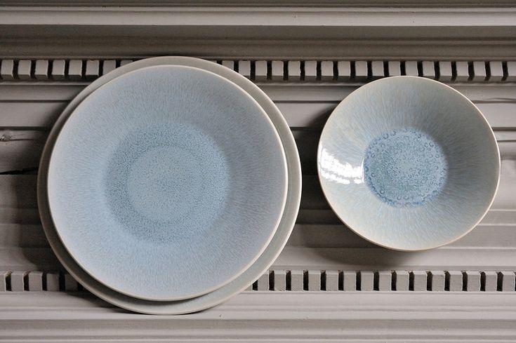 Moderne und schlichte Eleganz umweht jeden mit der Jars Serie Vuelta. Setzen Sie sich an einem gedeckten Tisch, der wie eine angenehme Sommerbrise aus Frankreich erinnert. Frisches blau trifft auf Natur in der Farbe Atoll. Diese Unikate bestechen nicht nur durch ihre besonders schöne Form und ihre strahlende Farbe, sie sind auch Spülmaschinenfest und Mikrowellen geeignet.
