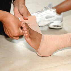 Une entorse est une déchirure ou une élongation des ligaments. Une foulure est aussi désignée par les termes élongation musculaire et déchirure musculaire. Pour savoir comment soigner ces types de blessures, lisez la suite...