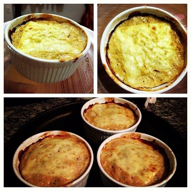 Ingredientes  2 ovos inteiras + 2 claras de ovo  500g de frango desfiado  3 colheres de sopa de creme de ricota  Queijo minas light  ceb...