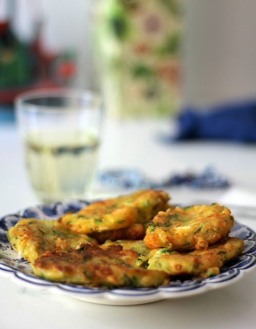 kolokythokeftedes/frittelle di zucchine con la feta