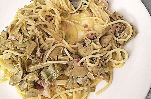 Ricetta della tradizione gastronomica romanesca, la carbonara è un primo completo e gustoso, dal sapore inconfondibile, uno dei piatti italiani più noti e richiesti all'estero.