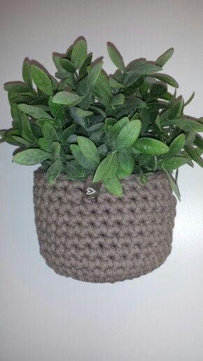 Heklet blomsterkrukke. Crochet pottery.