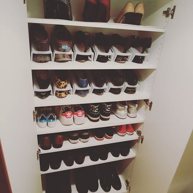 #靴箱の収納見直し  そのままだと入らないので #セリア の靴収納グッズを買ってきました💨  #省スペース靴収納1/2 というものを12個😵 こちらいろんなカラーが#100均 各社から 出てますが、セリアの#無印 っぽい半透明の ものにしました。 ※picだと白に見えますが現物は半透明。  棚には#ニトリ の靴箱シートを敷きました。  夜な夜な家族が寝静まってから始めたら 気分がのってきてしまいました🐷  #シンプルな暮らし にしたいでも色のある部屋作りをしたい #keikotti0131収納 #entrance #扉 #棚 #靴 #靴箱 #靴箱整理 #靴収納 #shoes #断捨離 #ニトリ #北欧 #収納 #整理整頓 #玄関収納 #収納見直し #衣替え #分譲マンション #マンション購入 #ナチュラルインテリア #シューズクローゼット  #shoescloset #homeinterior