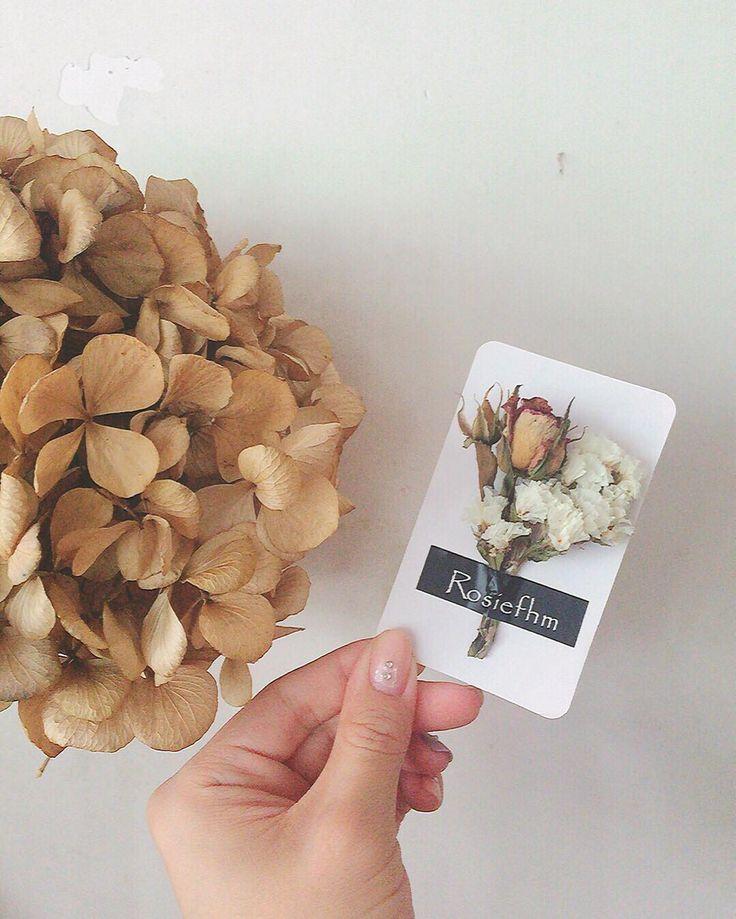 Love dryflower world 風乾好的迷你玫瑰 無忘我 Gift card size : 9x5.4cm #乾花 #乾花束 #dryflower #driedflower by rosiefhm