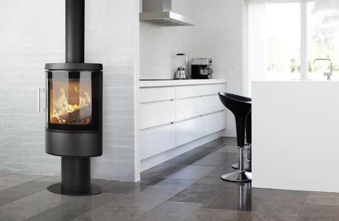 HWAM 3110m på piedestal. #hwam #brændeovne #woodstoves #interiorinspiration #scandinavian #simple #kitchen