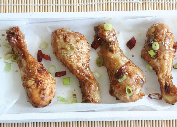 Sticky kipdrumsticks uit de oven. Aan de buitenzijde is het vlees plakkerig en zoet, terwijl de binnenkant lekker mals blijft. Geliefd bij jong en oud.