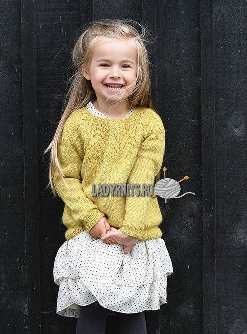 Вязаный спицами джемпер с круглой ажурной кокеткой для девочки от 2 до 12 лет, описание