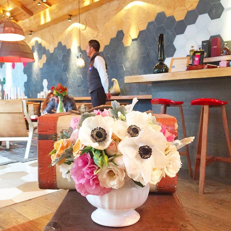 Mini arreglo floral con anémonas, lisianthus, mini rosas, suculentas
