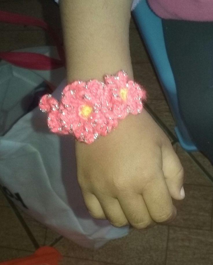 Pulsera flores naranja con hilo brillante  crochet
