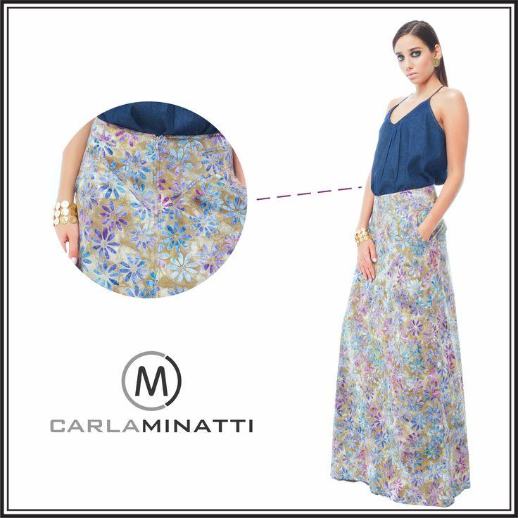 Las blusas sencillas como esta de tiritas son ideales para combinarse con una falda larga estampada, en este caso en batik.