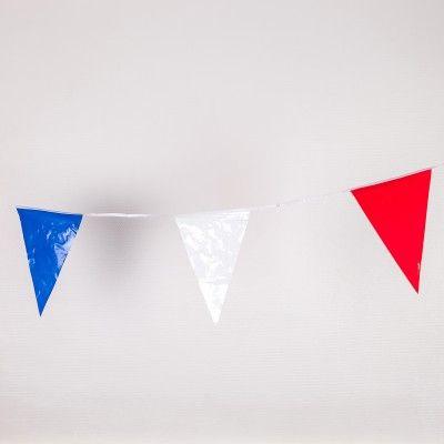 Pour vos ambiances à la française, en plein air ou même à l'intérieur, amusez vous sous cette banderole de fanions qui se décline en 3 coloris, bleu, blanc et rouge. Vive la France !