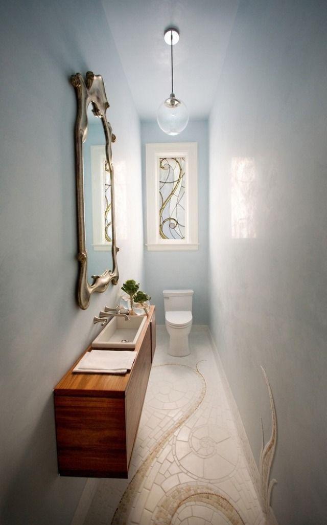 Enges Mini-Bad mit platzsparendem Mobiliar-an der Wand montiertes Waschbecken aus Holz